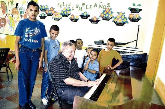 Don Visitación en su clase de educación musical, junto a sus alumnos.