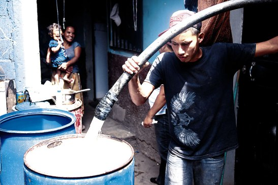 Muchos hogares de diferentes colonias se abastecen del vital líquido comprando el agua a los carros cisternas. El precio del barril baria de 20 a 40 lempiras.