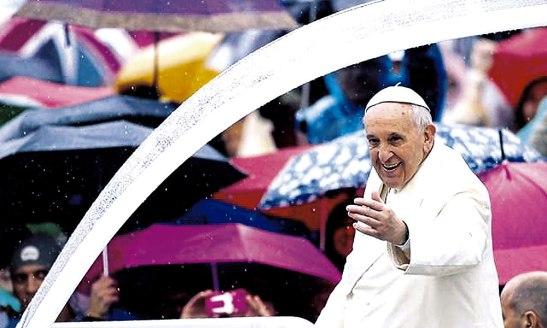 El Papa al momento de llega a la Plaza de San Pedro.