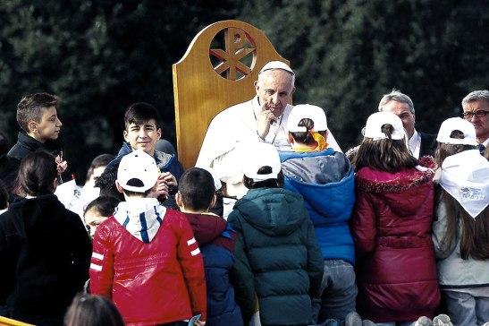 Francisco rodeado de niños napolitanos.