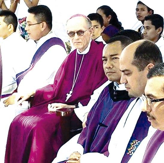Monseñor Charbonneau junto al cuasi párroco Edwin Hernández y con celebrantes durante la Eucaristía.