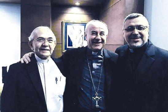 Monseñor Jesús Delgado, Monseñor Vincenzo Paglia y Monseñor Rafael Urrutia. Todos postuladores de la causa de canonización de Monseñor Romero.