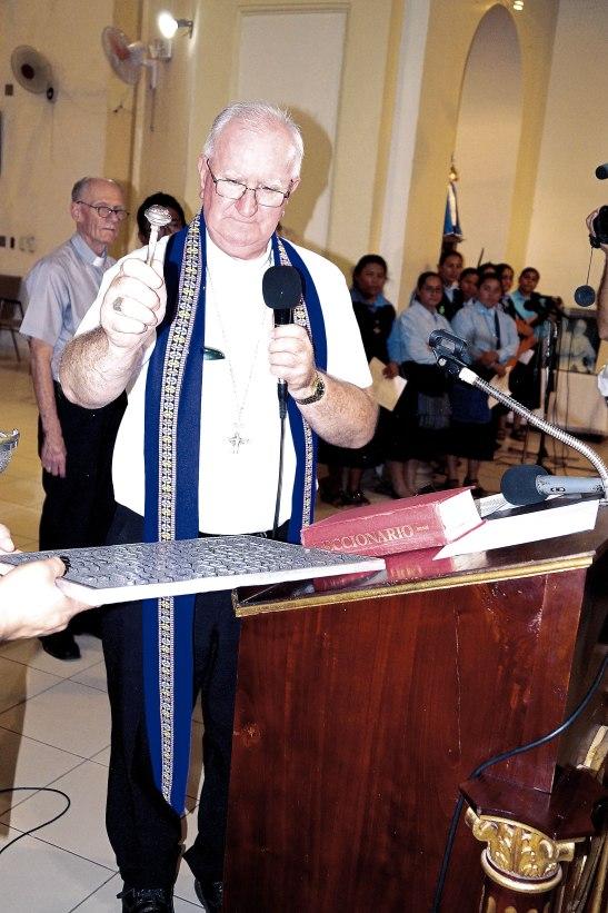 Momento en el cual Monseñor Lenihan bendice la placa conmemorativa de Monseñor Marcelo Gerín.
