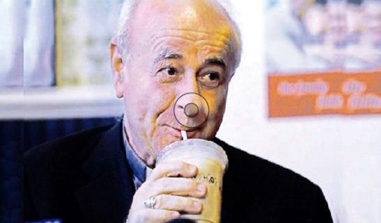 Monseñor Vincenzo Paglia, tomando una malteada en PotbellySandwich Shops Sarah.