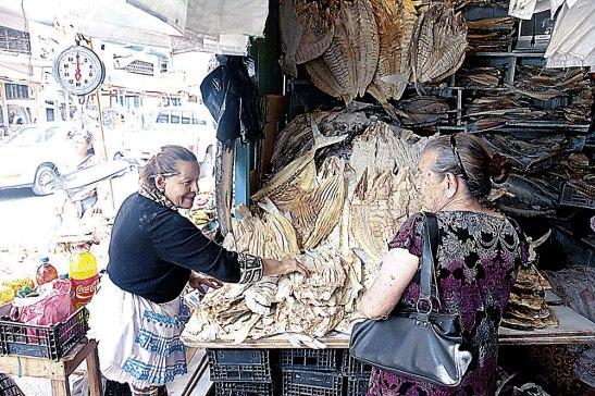 La señora Sonia Cubas espera la visita de los compradores de pescado.