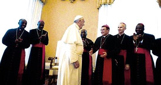 El papa saluda a los obispos libaneses.