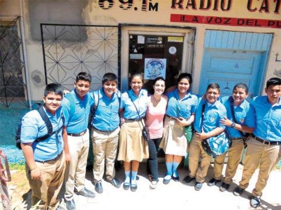 """Los alumnos de primero de Bachillerato felicitaron a los padres en Radio Católica """"La Voz del Pueblo""""."""