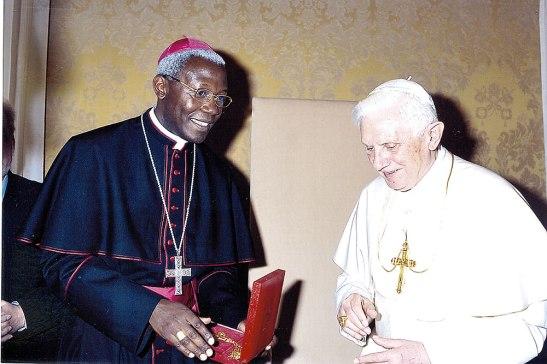 Monseñor Novatus Rugambwa junto al Papa Emérito Benedicto XVI cuando fue nombrado subsecretario del Pontificio Consejo de la Pastoral para los Emigrantes e Itinerantes.