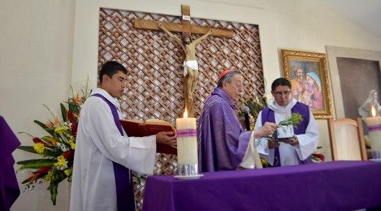 Momentos en que el Cardenal Rodríguez bendice el Altar del nuevo templo, dedicado a la Sagrada Familia.