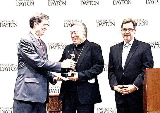 Momento en que el Cardenal Óscar Andrés Rodríguez recibía el premio de manos de Daniel J. Curran, presidente de la Universidad de Dayton, Ohio.