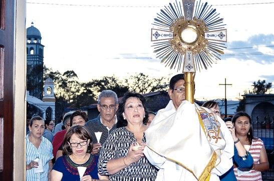 Momento en que el Padre Reginaldo García conduce a Jesús Eucaristía hacia el Altar Mayor en compañía del pueblo de Dios.