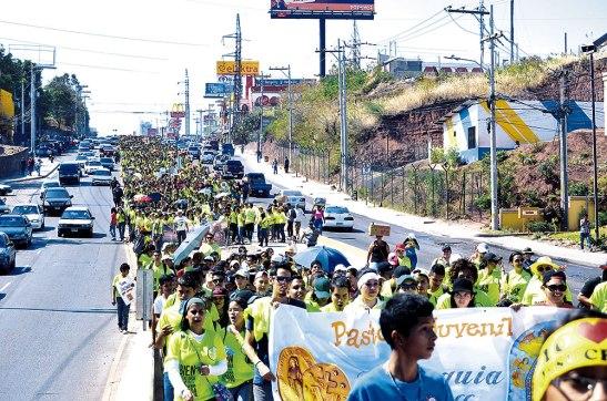"""Más de cuatro mil jóvenes participaron de la Jornada Juvenil de Ramos. En la imagen se observa cuando pasaban por la vía del """"Trans 450""""."""