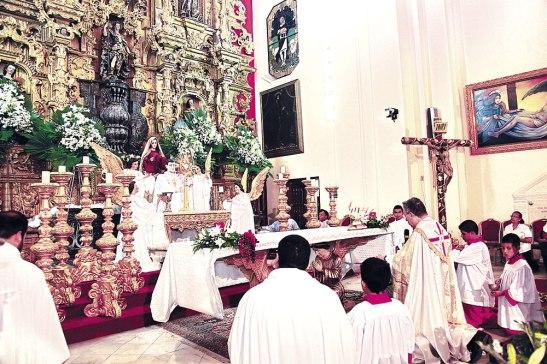 Luego de concluir la Eucaristía, se tuvo el momento de adoración a Jesús Sacramentado. El Monumento presentaba la figura de un sacerdote exponiendo el Santísimo.