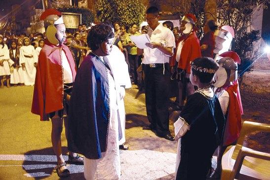 """Los niños de El Calvario mientras personificaban la """"Primera Estación, Jesús es condenado a muerte""""."""