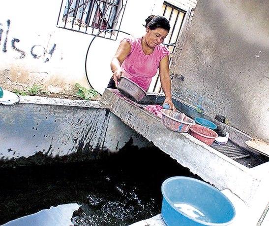 En la actualidad muchos habitantes han visto la necesidad de almacenar la poca agua para lograr sobrevivir, situación que en ocasiones resulta un peligro para la salud.