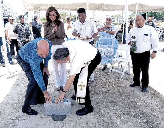 Momento en que el cardenal Rodríguez y Anna maría Villeda colocaban la primera piedra del templo.