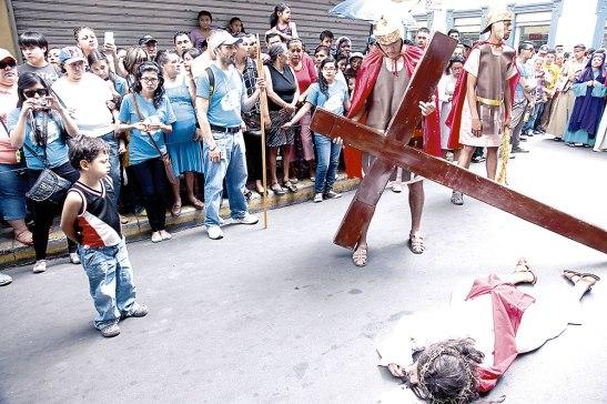 En esta estación, Jesús cae por tercera vez, ante la mirada atónita de un infante que contempla esta representación del sufrimiento del Señor.