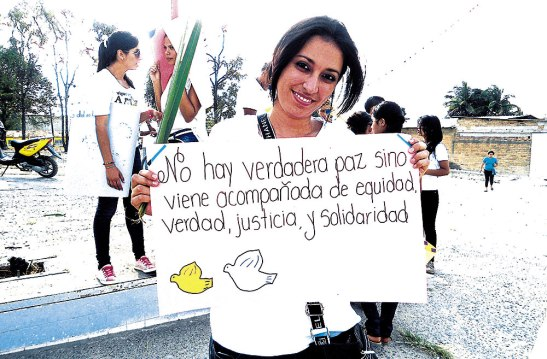 Los jóvenes llevaron pancartas alusivas al día,  pidiendo paz, justicia y solidaridad para Honduras.