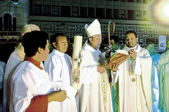 Momento en que Su Eminencia Cardenal Rodríguez, se disponía a encender el Cirio Pascual.