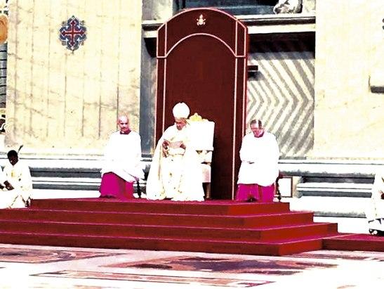 El papa al momento de leer la bula en la que anuncia la apertura del Año Santo Extraordinario