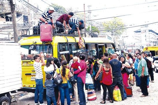 Las terminales de autobuses lucieron abarrotadas de viajeros.