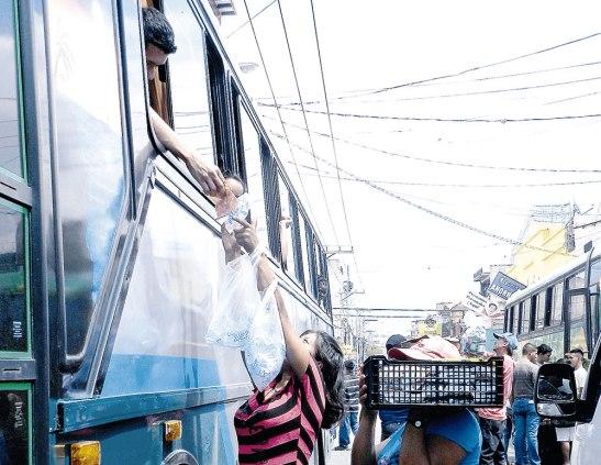 Los vendedores logran ofrecer sus productos cuando ya los pasajeros están en los autobuses.
