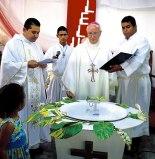 Monseñor ángel Garachana al momento de entgregar la Pila Bautismal.