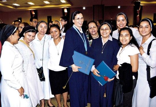 Con alegría celebraron las agustinas por los logros de sus hermanas, que ofrecerán sus nuevos conocimientos para seguir su vocación religiosa, llevando el amor a Dios desde su profesión, desde su sencillez y desde su amor al prójimo.