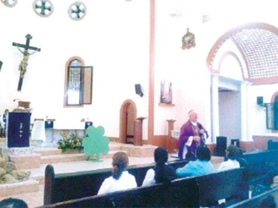 Monseñor Lenihan al momento de explicar la vida de San Patricio.