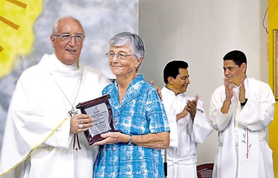 Monseñor Ángel Garachana entregó un reconocimiento a la Hermana Jeannine Caudal.