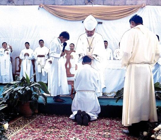 Momentos en que Monseñor David García impone sus manos sobre el nuevo diácono