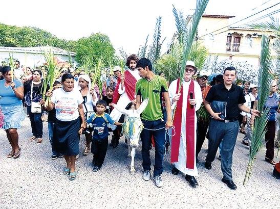 Monseñor Guido en la procesión del Domingo de Ramos