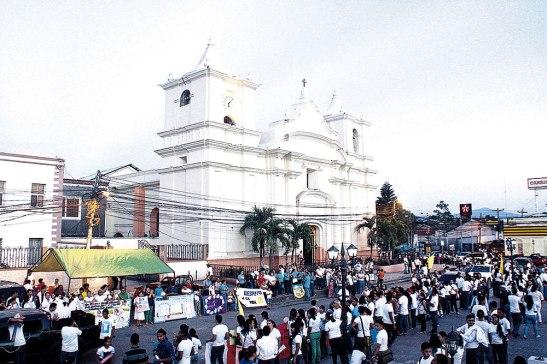 El adorno externo de la catedral para este evento fueron los corazones que llegaron y caminaron por la vida.