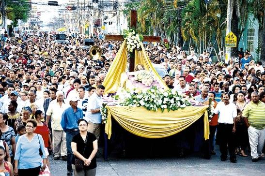 Un aspecto de la procesión del Santo Entierro a su paso por la Avenida San Isidro.