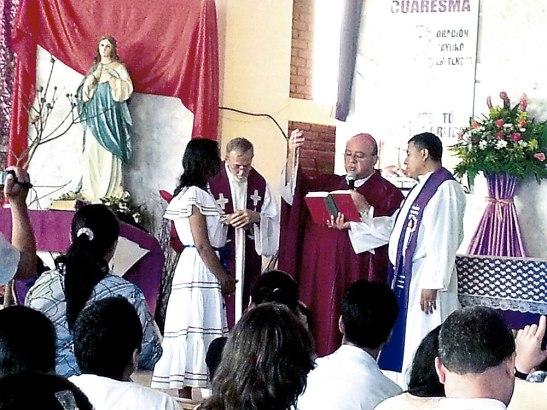 La misionera laica Fany Moradel junto a sus familias que estuvieron presentes en el envío misionero.