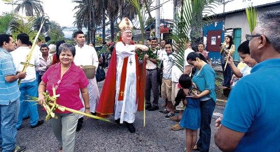 Monseñor Lenihan bendice los ramos durante el trayecto de la Procesión.