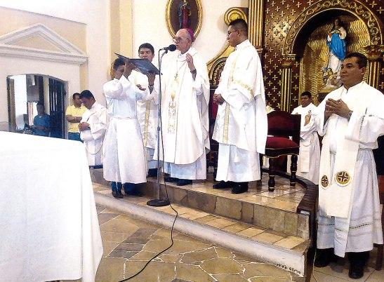 Monseñor Guido rodeado del presbiterio durante la Misa Crismal.