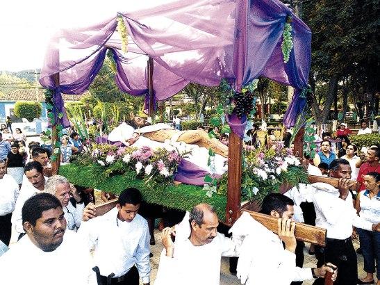Por la tarde del Viernes Santo, se llevó a cabo la procesión del Santo Entierro.