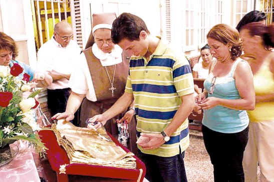 Una gran cantidad de jóvenes asistieron a la Basílica de Nuestra Señora de la Caridad del Cobre a venerar la reliquia.