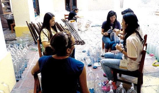 Muchos son los voluntarios que se han acercado al museo ayudar a decorar las botellas.