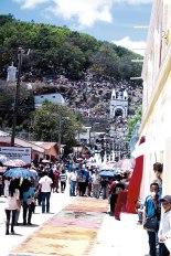 La procesión del Vía Crucis se encamina hacia la cima de un cerro cercano a ambas ciudades donde hay una ermita dedicada a la Inmaculada Concepción. Ahí se realiza el acto de la crucifixión.