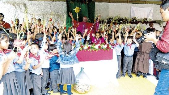 Los niños rodearon el altar luego de la celebración Eucarística.