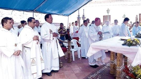 Los sacerdotes concelebrantes en esta celebración inter-parroquial en la Plaza Central.