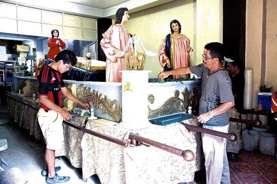 Integrantes de la Sociedad del Santo Entierro de la Parroquia Inmaculada Concepción se reunían cada fin de semana para  elaborar cada detalle del anda  procesional.