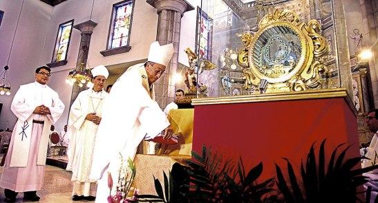 Momentos en que el Cardenal Rodríguez coloca a los pies de San Miguel Arcángel y Santa María de Suyapa los resultados de la etapa del ver.