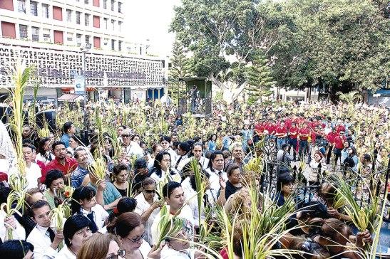 La Plaza central lució repleta de fieles que agitaron sus palmas en señal del triunfo del Señor Jesús.