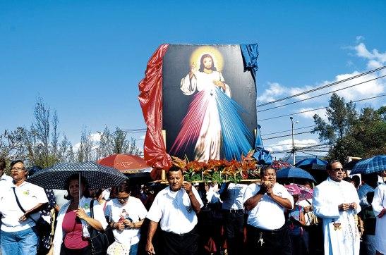 La celebración comenzó con una procesión que partió desde la Plaza de la Virgen de Suyapa hasta el Coliseo Nacional de Ingenieros.
