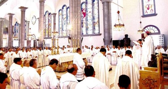 En este día todos los presbíteros renuevan sus promesas sacerdotales, se reúnen con el Obispo, para expresar la comunión que hay en la Iglesia.