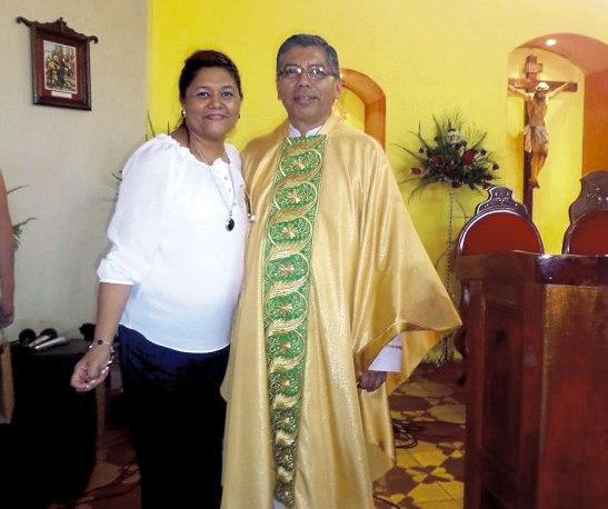 Elsy Sosa coordinadora de la Pastoral Divina Misericordia y párroco German Flores.
