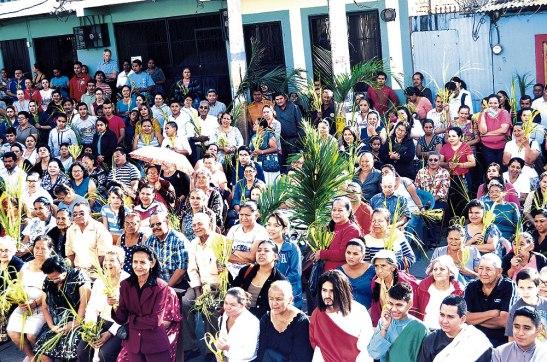 En la parroquia Sagrada Familia fue tanta la gente que llegó, que se tuvo que celebrar la Eucaristía en las afueras de la Iglesia.